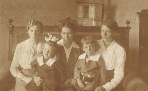 Luise, Emilie and Julie, Ilse and Gerhard, last day in Fogarasch, 20.06.1915